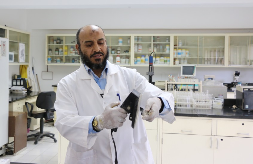 Nabil Ahmed Ibrahim, Scientist at WorldFish, uses a digital scanner to identify a fish, which is possible because a passive intregated transponder has been inserted under its skin.
