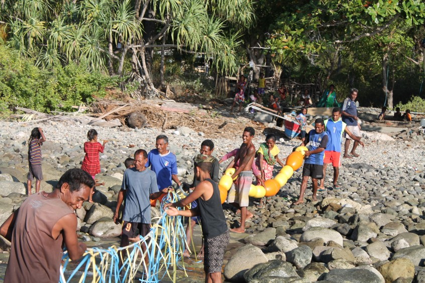 Community members in Timor-Leste work together to install a nearshore FAD. 2016.